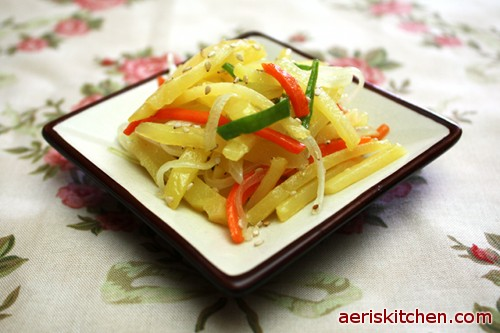 Potato vegetable bokkeum aeris kitchen potato and vegetable bokkeum is one of the most common side dishes in korean lunch boxes there are several different types depending on how you make it forumfinder Gallery